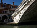 Detall del pont de Rialto - Venècia.JPG