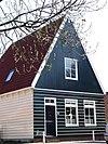 foto van Tweebeukig houten huis met puntvormig voorschot