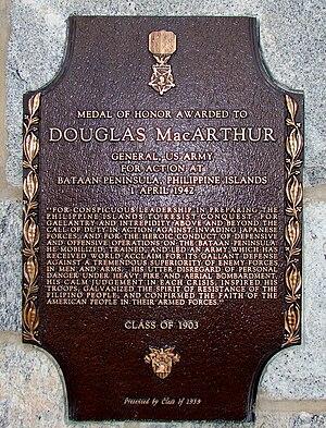 Bronzplakedo kun bildo de la Medalo de Honoro, gravurita kun la Medalo de Honoro-citaĵo de MacArthur. Ĝi legas: