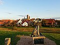 Dronning Dagmar statuen skuer ind over Ribe.jpg