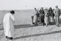 ETH-BIB-Gruppe vor Auto in Wüste-Nordafrikaflug 1932-LBS MH02-13-0231.tif