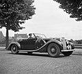 Een militair in een vooroorlogse 1940 Lagonda V12 Drophead Coupé ergens in Nederland, Bestanddeelnr 255-8992.jpg