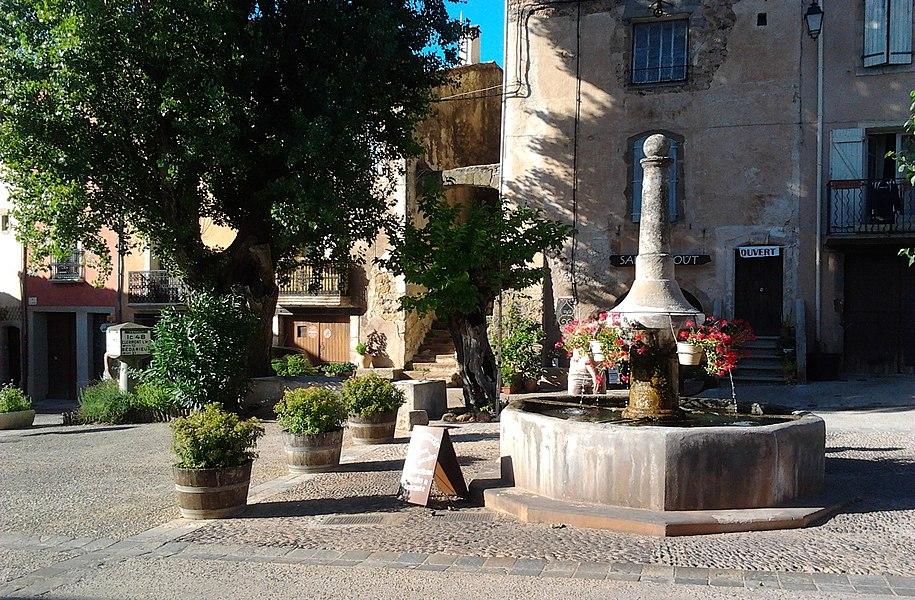 Une fontaine sur une place de Salasc (Hérault, France).