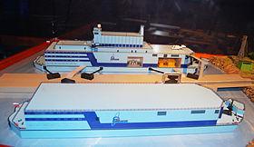 Modell des Projekts 20870 (hinten), die Akademik Lomonossow wird allerdings ohne Meerwasserentsalzungsanlage (vorne) geliefert.