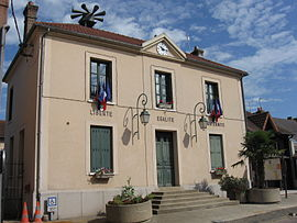 The town hall in Freneuse