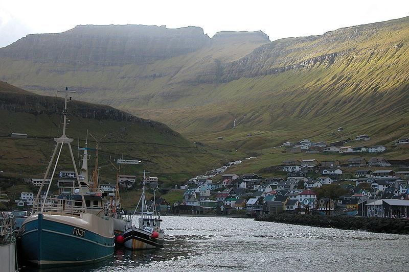 Fil:Fuglafjordur harbour, Faroe Islands.JPG