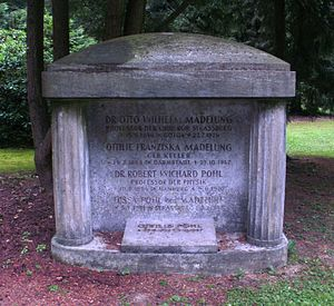 Robert Pohl - Göttingen, City Cemetery: The gravestone of Prof. Robert Wichard Pohl and his father-in-law, Prof. Otto Wilhelm Madelung, as well as their wives, Tussa Madelung Pohl and Ottilie Franziska Madelung, and the Pohls' daughter, Ottilie Pohl.