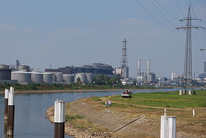 BASF-Ludwigshafen power plant (center right)