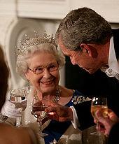 In Avondkleding, Elizabeth en president Bush Houden wijn glazen water en Een glimlach
