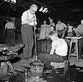 Glasblazers aan het werk in de fabriek, Bestanddeelnr 252-8907.jpg