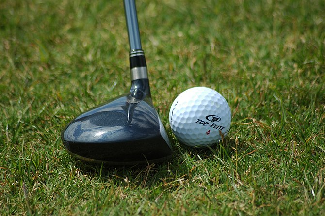 English: Fairway wood positioned near golf ball