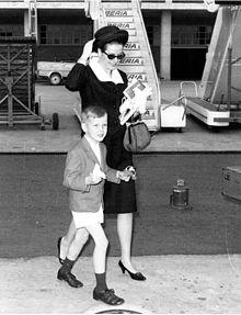 Il principe Alberto con la madre Grace Kelly all'aeroporto di Madrid nel 1964