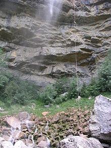 vu de loin le canyoniste n'apparait comme un point sur la corde entouré du brouillard de la cascade