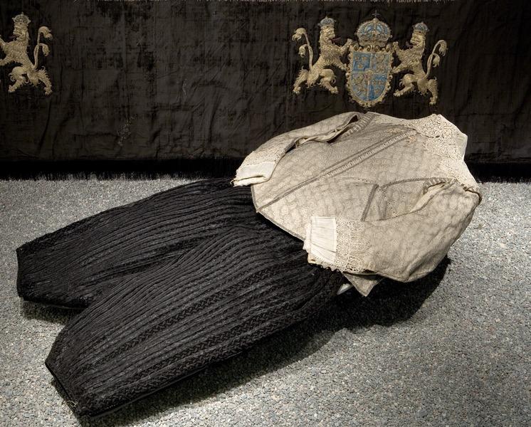 File:Gustav II Adolfs svepkläder. Bild tagen i utställningsmontern i rum A med antedendiet i bakgrunden - Livrustkammaren - 49184.tiff