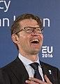 Handshake minister Sander Dekker (24274656009) (cropped).jpg
