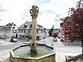 Helmbrechts, HO - Rathausberg Ri S - Brunnen m Kriegerdenkmal.jpg