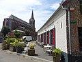 Hondeghem l'estaminet de l'ancienne maison commune et l'église.JPG
