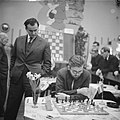 Hoogovenschaaktoernooi te Beverwijk, Ivkov kijkt bij de partij van Larssen, Bestanddeelnr 911-9904.jpg