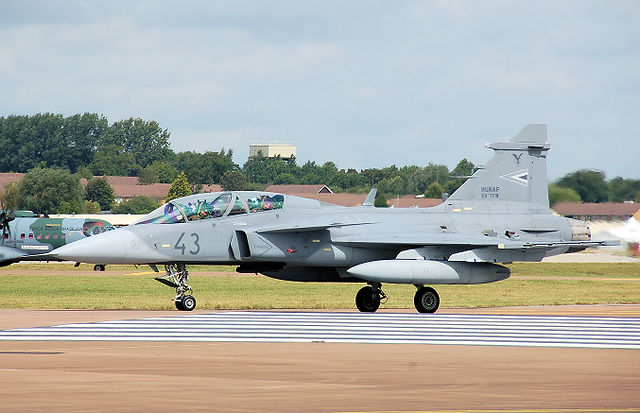 http://upload.wikimedia.org/wikipedia/commons/thumb/6/6e/Hungarian_air_force_saab_jas39d_gripen_arp.jpg/640px-Hungarian_air_force_saab_jas39d_gripen_arp.jpg