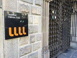 Institut Ramon Llull - Image: IRL entrada palau baró quadras detall