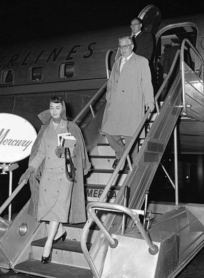 Jennifer Jones and husband David O. Selznick in Los Angeles, 1957.jpg