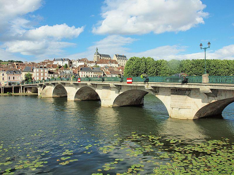 Pont de Joigny (Yonne, France) sur la rivière Yonne, avec, en arrière plan, la ville.