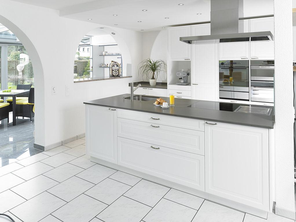 File:Küche Landhaus 3D-Laminat.Jpg - Wikimedia Commons