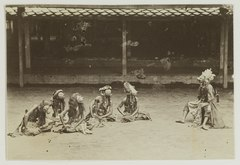 KITLV 19616 - Kassian Céphas - Javanese dancers at the imperial ruler (rijksbestuurder) at Yogyakarta during sekaten (festival on the birthday of the Prophet) - 1901-03-1902-07.tif