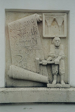 Comacine masters - Stone relief carving of the Italian Master in Kaisersteinbruch.  Scroll with the names Maderno, Ferrethi, Regondi, della Torre and Passerini, while to the upper right is a quotation from Neugebäude Castle.