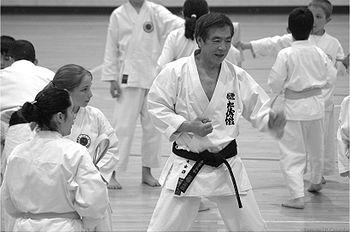 Le karaté est un art martial dit japonais 350px-Kanchu_Kanazawa_by_JPCasainho