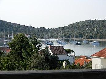 Kaprije - Blick über einen Teil der Bucht und des Ortes.JPG