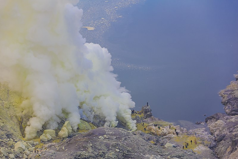 Kawah-Ijen Indonesia The-sulfur-mine-at the-floor-of-the-crater-01.jpg