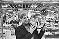 Kerstmis nadert, kerstballen groot en klein te koop in de warenhuizen, Bestanddeelnr 917-2152.jpg