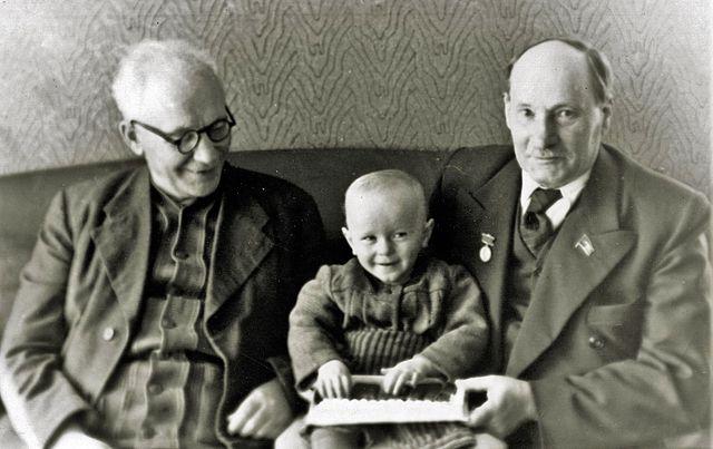 Янка Мавр и Якуб Колас вместе с общим первым внуком