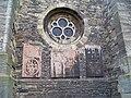 Kouřim, kostel svatého Štěpána, náhrobní desky a kulaté okno.jpg