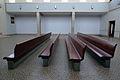 Krematorium Strašnice - lavice v hlavní síni.JPG