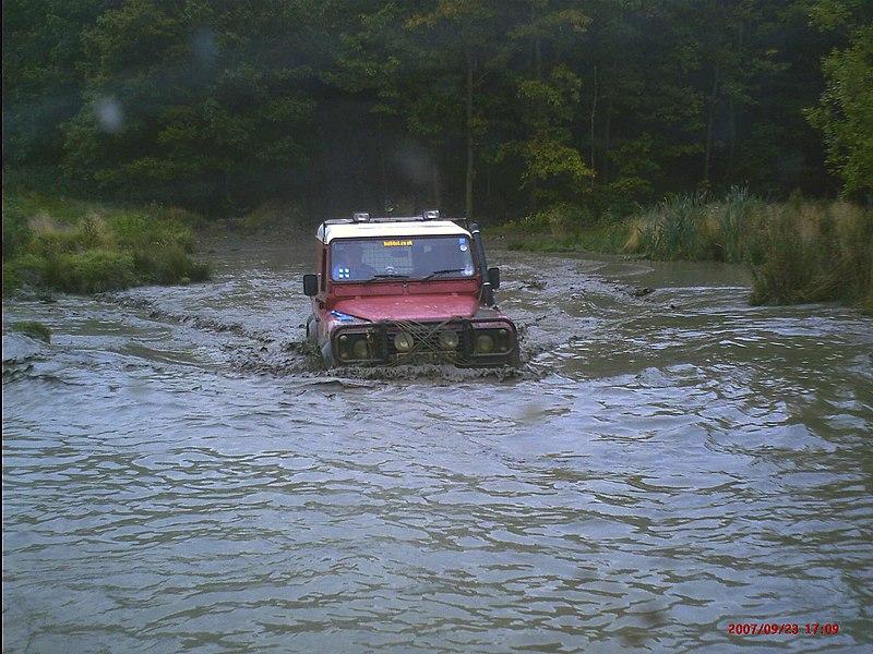 File:Land Rover 90 Wading.JPG