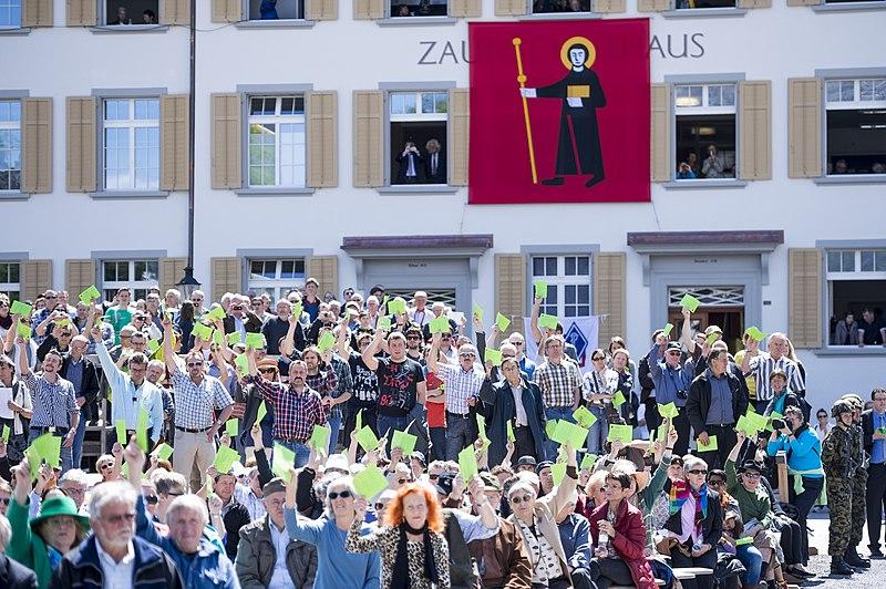 File:Landsgemeinde auf dem Zaunplatz in Glarus, Kanton Glarus - 19308273920.jpg