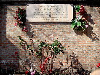 Las Trece Rosas - Plaque in the cemetery wall.