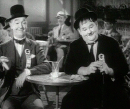 "Stan Laurel (links) in de film ""Flying Deuces"" (1939)"