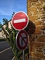 Le Breuil (Rhône) - Panneaux sens interdit et interdit de tourner à droite (août 2018).jpg