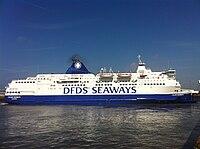 Le Calais Seaways, ex Norman Spirit, quittant le Poste 8 du Port de Calais.jpg