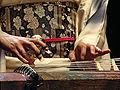 Les mains de Mieko Miyazaki jouant du Koto (musée Guimet).jpg