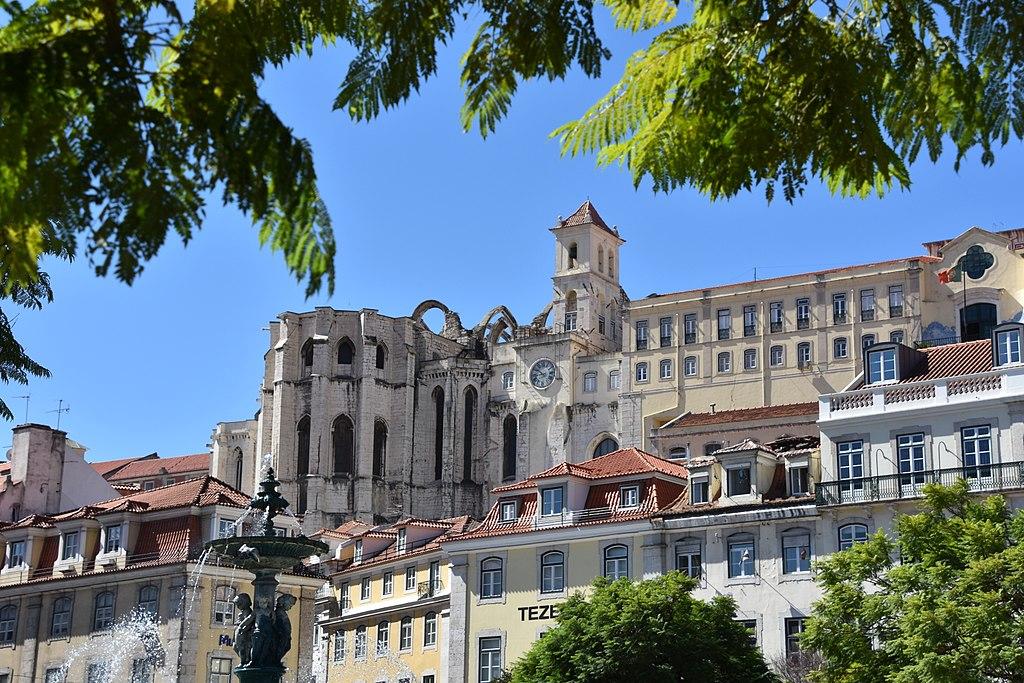 Vue sur l'église des Carmes à Lisbonne depuis la ville basse. Photo de Rob Bertholf