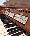 München-Harlaching, Klinikum Schuster-Orgel (Spieltisch) (6).jpg
