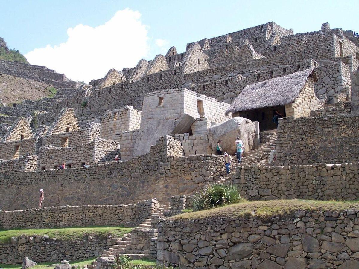 Город  расположен на горном хребте выше Долины Урубамба