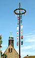 Maibaum mit den Wappen verbundener Institutionen auf dem Gutshof von Schloss Hämelschenburg.jpg