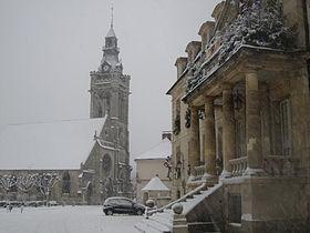mairie et église de Viarmes le long du GR1