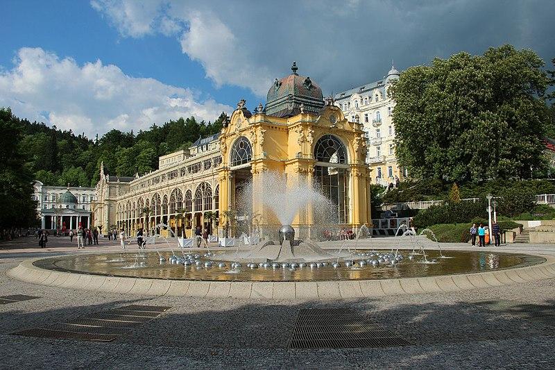File:Mariánské Lázně-kolonáda-zpívající fontána.JPG
