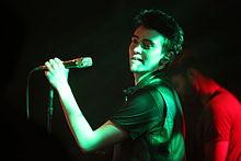 Michele Bravi durante un concerto nel 2016